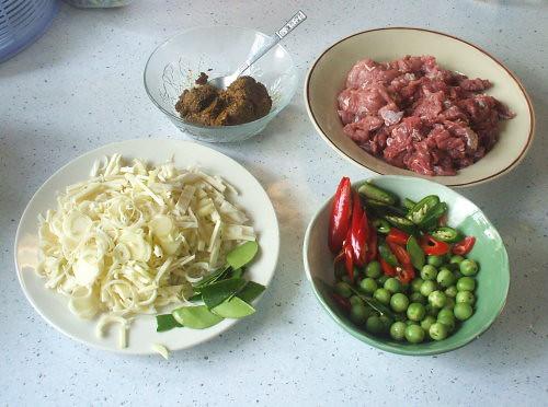 משחת קארי, בקר, 2 סוגי צ'ילי, חצילי אפונה, חוטרי אננס, עלי קפיר ליים