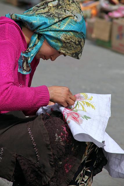 タシュクルガン、刺繍をする女性