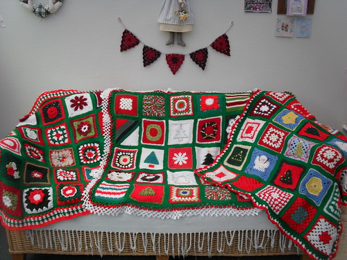 Our Christmas Challenge is now complete. 3 Blankets in this Challenge. 75 Squares from all over the World.  Thank you all so...much!