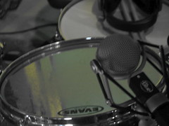 bass drum(0.0), electronic drum(0.0), steering wheel(0.0), electronic instrument(0.0), snare drum(1.0), drums(1.0), drum(1.0), skin-head percussion instrument(1.0),