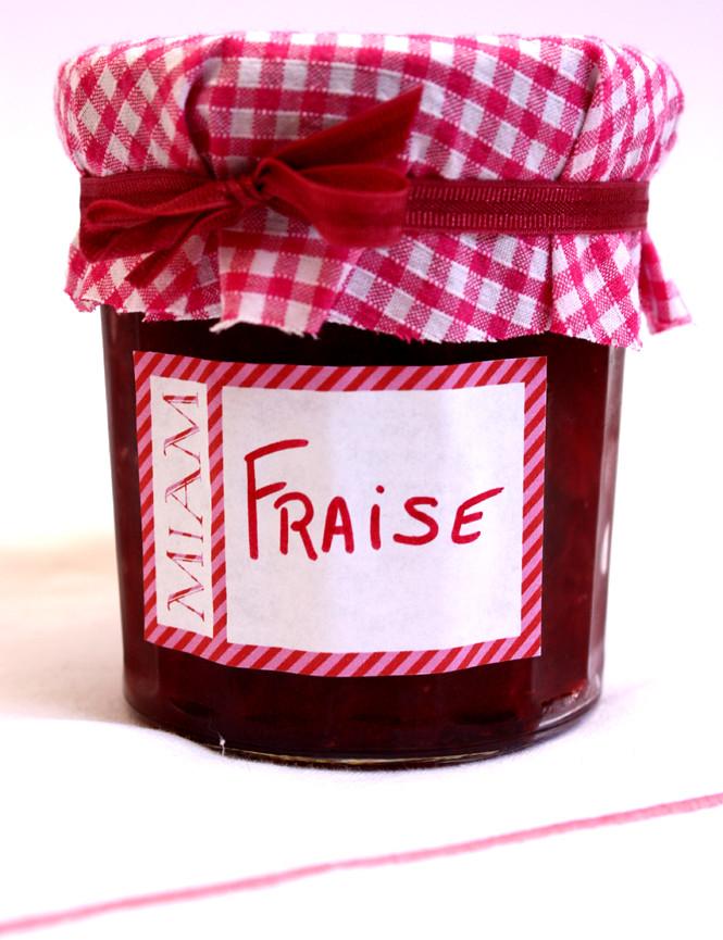 confiture de fraises avec petit cadeau dedans presk 39 solen. Black Bedroom Furniture Sets. Home Design Ideas