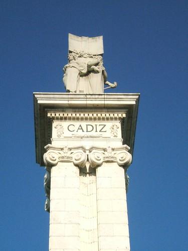 En la imagen se observa una de las columnas principales del monumento que se construyó como homenaje a la Constitución de 1812, Cádiz.