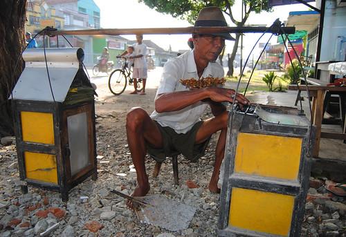 indonesia indonesië jawajava kebumen gombong central tengah sate sateh verkoper seller people man snack enak yos sudarso street straat jalan daily life dagelijks leven satay saté famous traditional