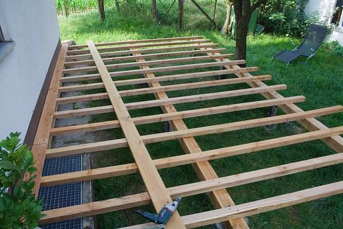 Holzterrasse mit erster Diele aufgeschraubt