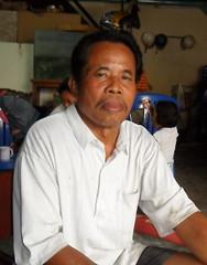 """Pedagang Material, 62, """"Ada tiga hal yang perlu ditingkatkan yaitu penghijauan lahan, pembinaan pemuda, dan pelestarian budaya Jawa."""" : Trader, 62, """"There are three things that need to be improved: land greening, youth development, and the preservation of Javanese culture."""""""