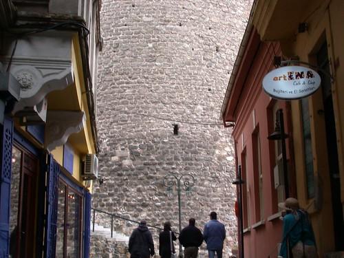 Ott bújt el a torony a hát mögött!