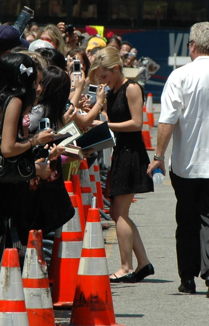 Emma Watson firmando autógrafos