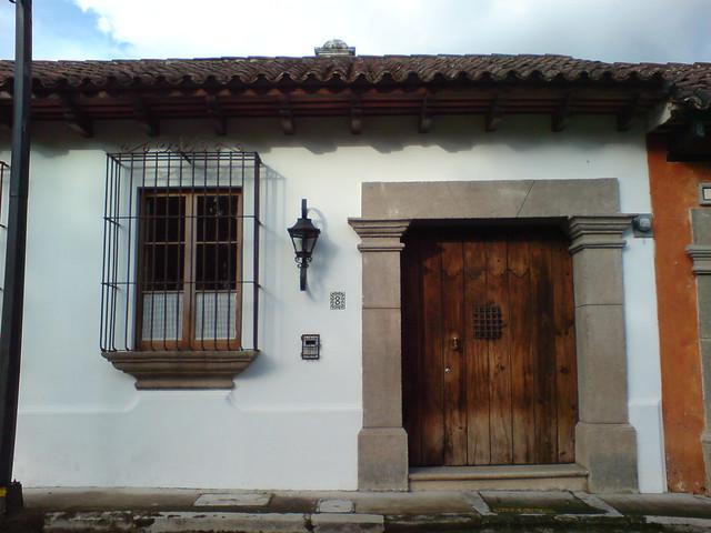 Fachada principal de una vivienda colonial en antigua - Reformar una casa antigua ...