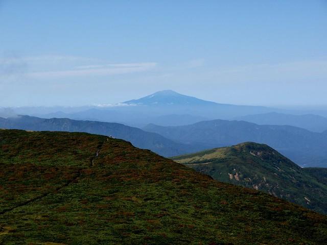 栗駒山より鳥海山を望む