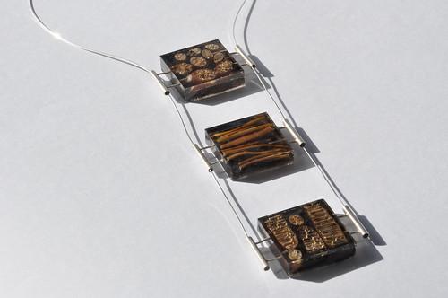 collar cochayuyo en tres tiempos. Bloques de resina con vistas de cochayuyo, pasadores y cables de plata