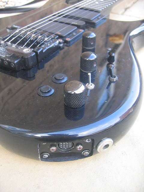 Photo:Steinberger Sceptre electric guitar - controls and outputs By tawalker