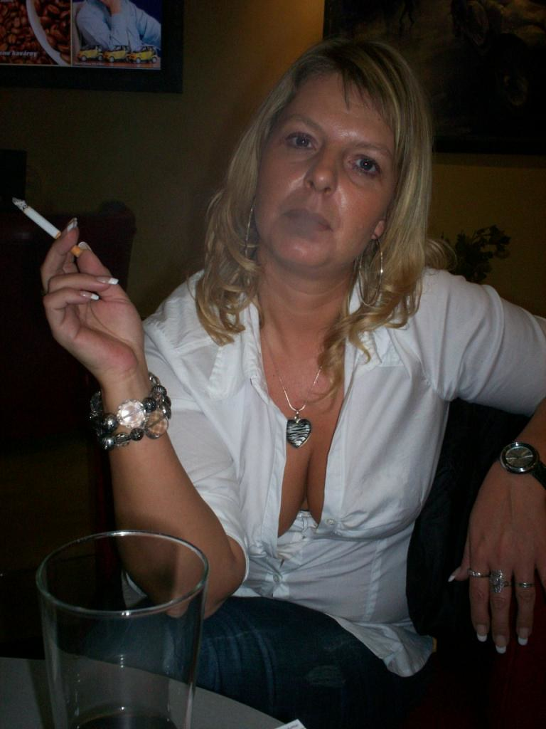 Sexy mature smoking fetish