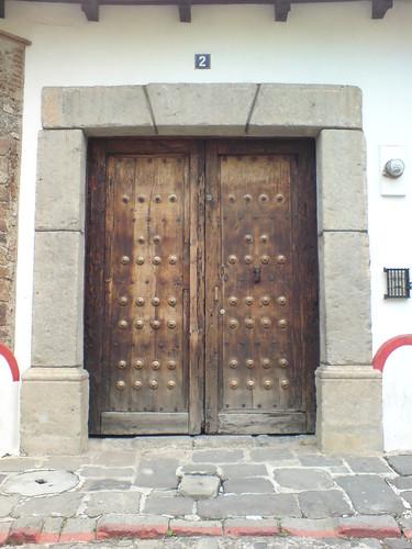 Puerta de una casa colonial en la ciudad de antigua for Puerta casa antigua