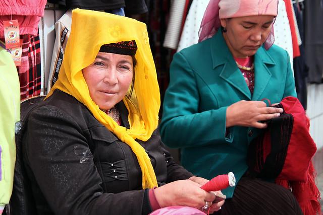タシュクルガン、刺繍をする女性たち