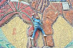 Ein Kind kletterte die Fassade der Schule #5 in der Stadt Donezk herauf. Photo: s8 / flickr Creative Commons Licence Namensnennung, nicht kommerziell