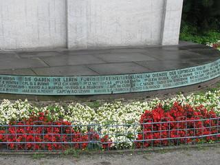 Inschrift Luftbrückendenkmal, mit den Namen aller Verunglückten