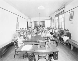 Class of Mi'kmaq girls at the Shubenacadie Residential School, Nova Scotia, 1929 / Classe de fillettes micmaques au pensionnat indien de Shubenacadie, Nouvelle-Écosse, 1929