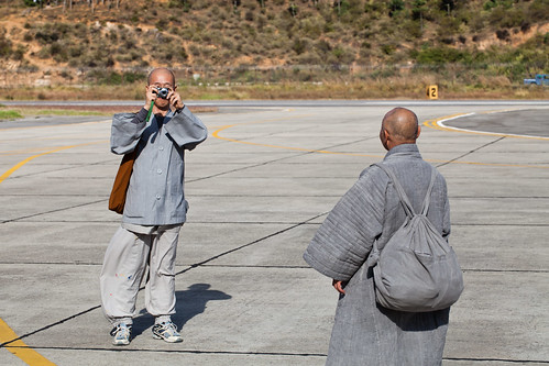 travel people travelling iso100 bhutan monks paro 0ev paroairport ¹⁄₄₀₀secatf80 ef100mmf28lmacroisusm 1320m