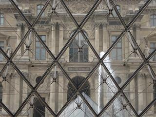 Desde adentro de la piràmide del Louvre