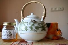 produce(0.0), lighting(0.0), small appliance(0.0), art(1.0), ceramic(1.0), teapot(1.0),