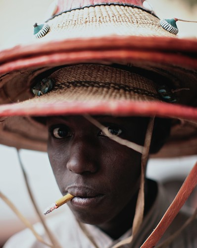 travel red portrait people man face fun eyes funny desert sale candid smoke traditional au culture streetphotography adventure mali indeginous ingetjetadrosmoptifestival