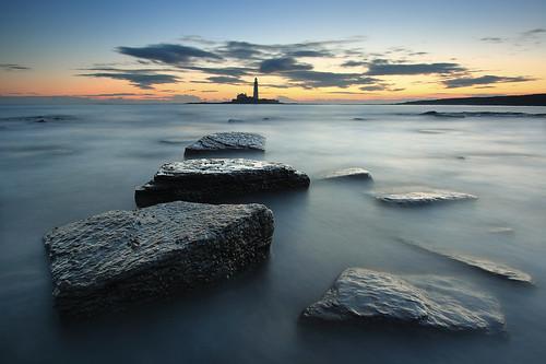 lighthouse seascape sunrise coast rocks polarizer stmarys whitleybay tynewear oldhartley canonefs1022 gnd075he