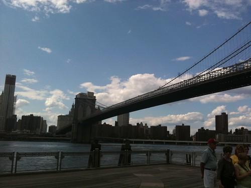 El embarcadero y el East River, Manhattan al fondo