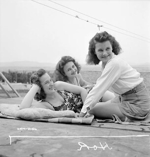 French-Canadian women munitions workers at Dominion Arsenals Ltd., enjoying a leisurely day in the sun / Des ouvrières canadiennes-françaises à l'atelier de munitions de l'usine Dominion Arsenals Ltd. profitent d'une journée ensoleillée