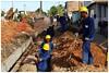 Obras de construção de canaletas de esgoto e instalação de rede de saneamento básico em Jardim Brasil