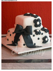 Black and White Cake with Fabric Flowers / Bolo Branco e Preto com Flores de Fuxico