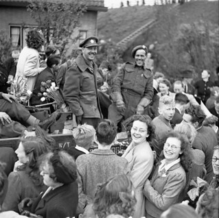 Infantrymen of the West Nova Scotia Regt surrounded by Dutch people celebrating the liberation of the Netherlands, May 1945 / Soldats d'infanterie du West Nova Scotia Regt entourés de Hollandais qui fêtent la libération des Pays-Bas, mai 1945