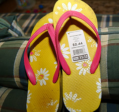 outdoor shoe(0.0), shoe(0.0), pattern(1.0), footwear(1.0), yellow(1.0), sandal(1.0), flip-flops(1.0), slipper(1.0), pink(1.0),