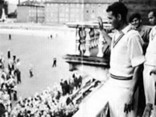 Pakistan cricket captain Abdul Hafeez Kardar waves to the crowd in 1954