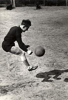 Voetballer met één been trapt naar de bal / One legged soccer player