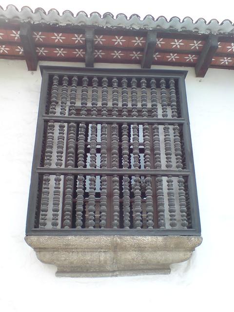 Ventana con balc n de madera torneada de una casa colonial - Reformar una casa antigua ...