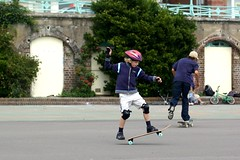 skating(0.0), inline skating(0.0), longboarding(0.0), roller skates(0.0), longboard(0.0), roller skating(0.0), roller sport(1.0), skateboarding--equipment and supplies(1.0), footwear(1.0), skateboarding(1.0), sports(1.0), skateboard(1.0), street sports(1.0),