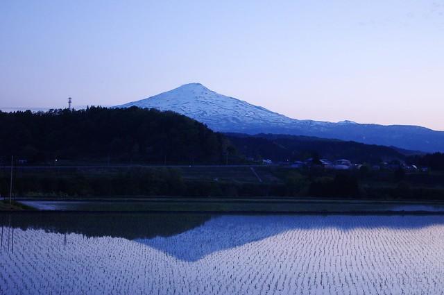 水面に写る鳥海山