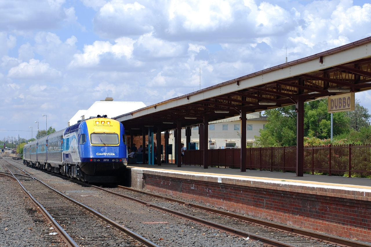 XPT at Dubbo Station by Brett Matthews