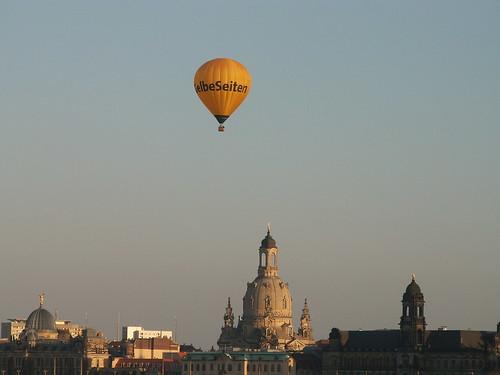Eines Tages in einem Ballon über Dresden traf Ich einen Mann, der Strumpfhosen verkaufte, für Geld wollte er tauschen sein Lebensmittelgeschäft, aber ich wollte wirklich keine Kommission für Menschenrechte gründen 220