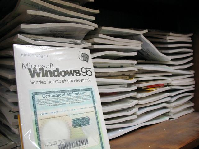 Windows 95 im schrank flickr photo sharing for Schrank flach