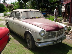 peugeot(0.0), compact car(0.0), automobile(1.0), automotive exterior(1.0), vehicle(1.0), antique car(1.0), volvo cars(1.0), sedan(1.0), classic car(1.0), land vehicle(1.0), volvo amazon(1.0),