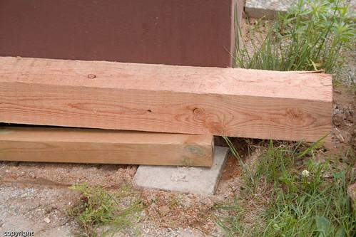 Ausrichten des Holzterrassenbalkens, rechts