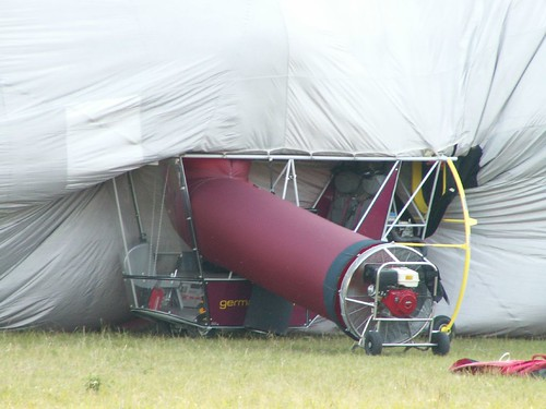Das Wasserstoffgases für den Zeppelin wird mit zehn Tonnen Schwefelsäure und zehn Tonnen altem Eisen in einem Gasentwickelungs - Apparat erzeugt 0147