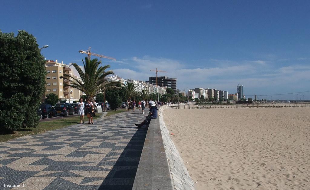 La belle promenade piétonne, toujours avec les trottoirs aux pavés blancs et noirs, le long de la plage.