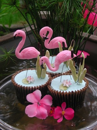 Flamingo cupcakes Decorations hand modeled from fondant and gumpaste