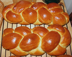 baking, tsoureki, bread, baked goods, challah, food, bread roll, cuisine, brioche,