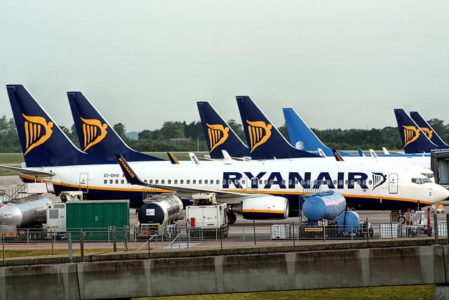 Unos aviones de Ryanair volando a Finlandia