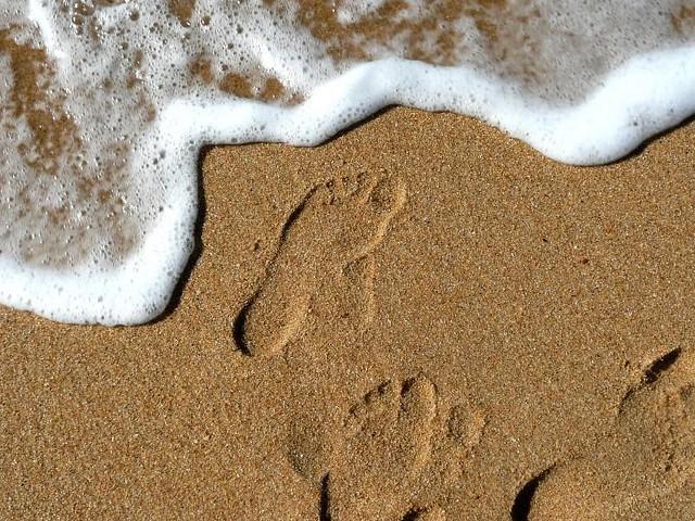 Des pieds d'un enfant sur le sable de labenne (m.buellet)