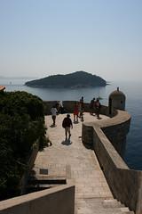 Lungo le mura di fortificazione della città antica