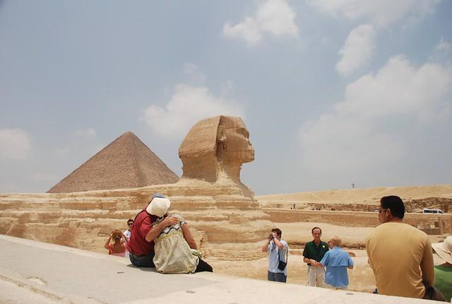 Berfoto disamping Sphinx